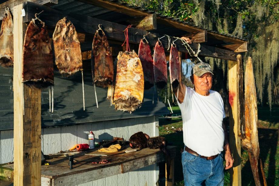 Fig. 4: Floyd Assavedo con pieles de rata de agua, San Bernardo, LA, 2014.