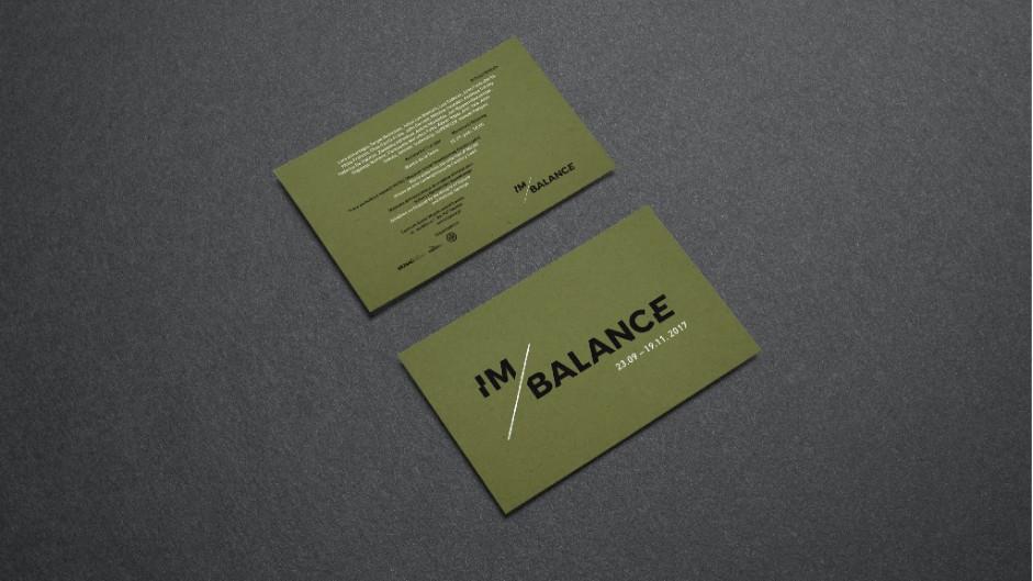 Invitación a la exposición Im/balance para el Centro de Arte Contemporáneo Łaźnia de Gdansk, Polonia realizada con materiales y tintas ecológicas