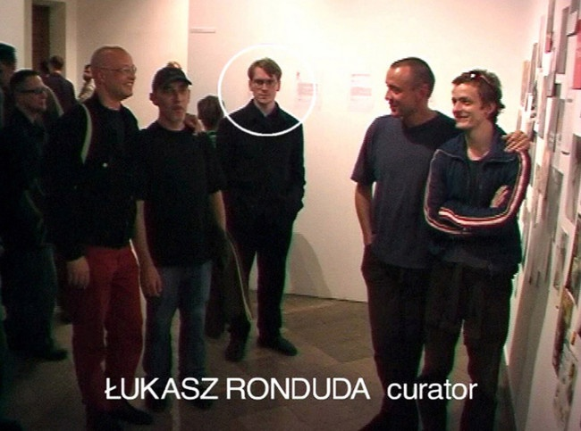 Azorro, Portrait with a Curator, 2002, DVD, 7'39». Fotogramas de video. Imagen cortesía de Raster Gallery, Warsaw.