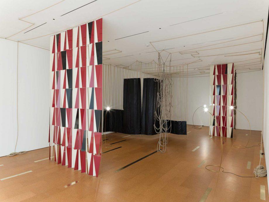Vistas de instalación de New Work: Leonor Antunes, SF MoMA, 2016.
