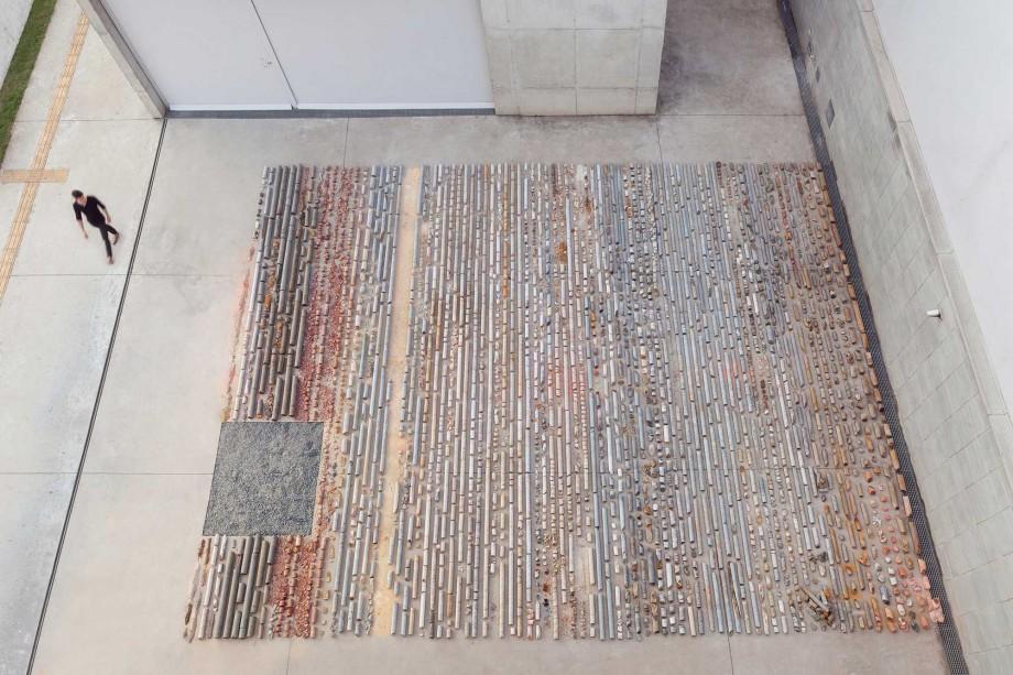 Daniel de Paula, Testemunho, 2015, ejemplos de núcleos de roca y tierra , Dimensiones Variables, Vista de la instalación desde arriba, Fotografía Filipe Berndt.