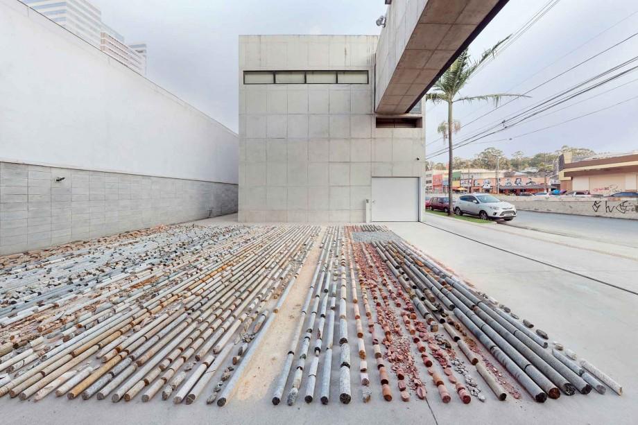 Daniel de Paula, Testemunho, 2015, ejemplos de núcleos de roca y tierra, Dimensiones Variables, Vista de la instalación, Fotografía Filipe Berndt