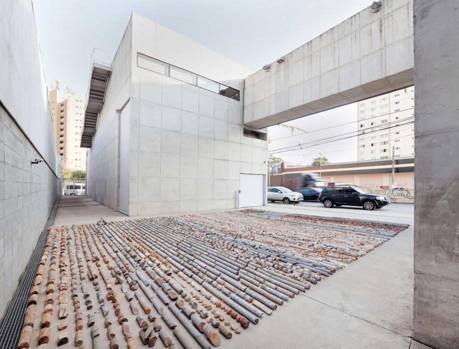 Daniel de Paula, Testemunho, 2015,ejemplos de núcleos de roca y tierra , Dimensiones Variables, Vista de la instalación, Fotografía Filipe Berndt.