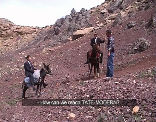 Şener Özmen y Erkan Özgen, Road to Tate Modern, 2003, vídeo, color, sonido, subtítulos en inglés, 7:13 min. Fotogramas de video. Imagen cortesía del artista y Pilot Gallery, Beyoğlu, Estambul.