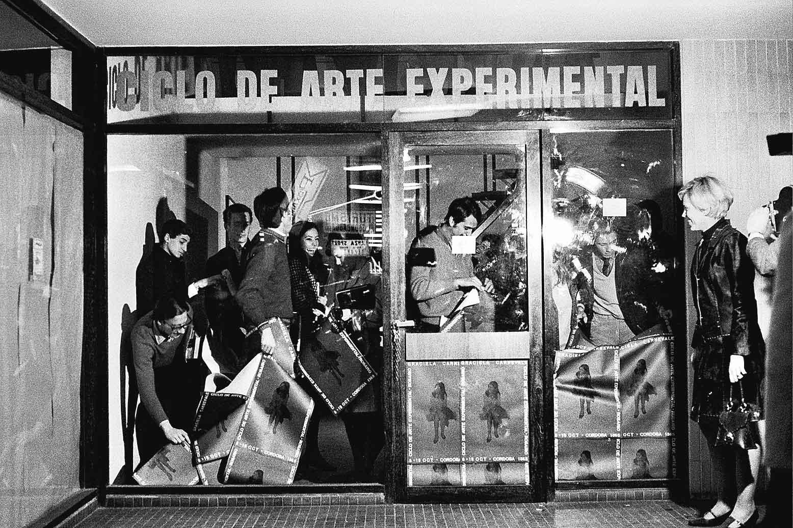 Graciela Carnevale (Argentina, b. 1942), Acción del encierro (Lock-up action), 1968. Ciclo de Arte Experimental, Rosario, Argentina; Fotografía: Carlos Militello. Fotografía en blanco y negro. Quince hojas: 3 9/16 × 5 1/2 in. (9 × 14 cm) o 5 1/2 × 3 9/16 in. (14 × 9 cm); una hoja: 6 7/8 × 9 7/16 in. (17.5 × 24 cm). Colección de Graciela Carnevale/Archivo Graciela Carnevale. ©the artist.