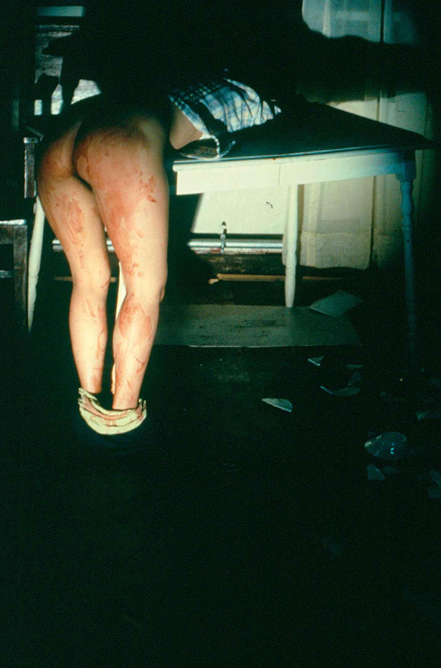 Ana Mendieta (Cuban, 1948–1985), Rape Scene, 1973 (estate print 2001). Conjunto de cinco fotografías a color. 20 × 16 in. (50.8 × 40.6 cm) cada una. Cortesía de The Estate of Ana Mendieta. Colección, LLC, y Galerie Lelong, Nueva York.
